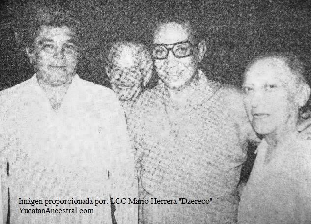 """Don Víctor Cervera Pacheco, Don Mario Moreno """"Cantinflas"""" y Don Mario Herrera Bates """"Sakuja"""" cuando le otorgaron la medalla de 50 años de actor a """"Sakuja"""""""